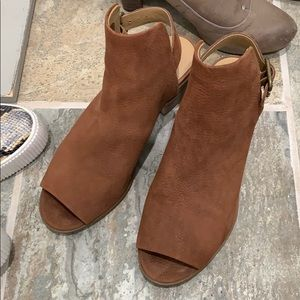 Lucky sandal size 8